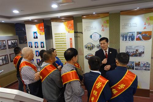 通江街道站北社区工会组织劳模参加区人民检